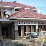 Tampak Depan Rumah Finishing Dinding dan Kusen Kayu
