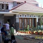 Tampak Depan Rumah dengan Keluarga Pemilik Rumah