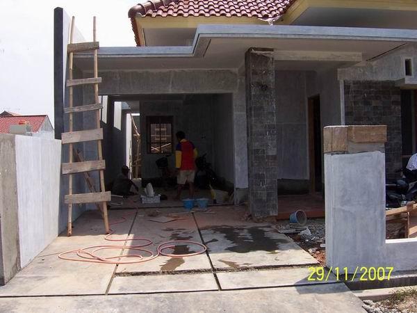 Pekerjaan Finishing Pemasangan Keramik di Area Garasi