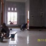 Pekerjaan Finishing Lantai Keramik dan Pemasangan Plint Keramik di Ruang Keluarga dan Ruang Tamu