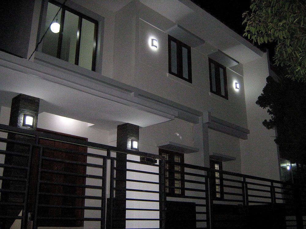 Fasad Depan Rumah saat Malam Hari