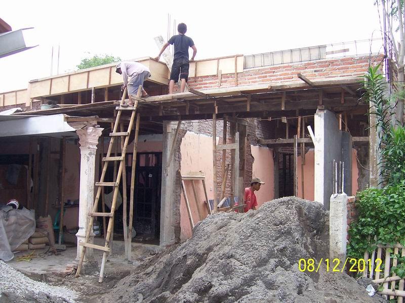 Tampak Depan Pekerjaan Penulangan Besi Beton di Lantai Atas
